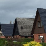 Här har vi målat två av tre hus. Man ser tydligt skillnaden på hur taken såg ut innan målningen.