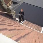 Uppe på tak med sele och lina