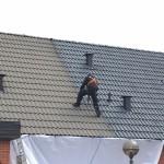 Vår tekniker utför den första strykningen på det tvättade taket.
